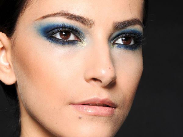 Olhos azuis esfumaçados