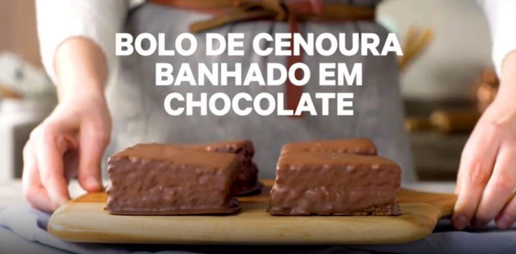 Bolo de cenoura banhado com chocolate