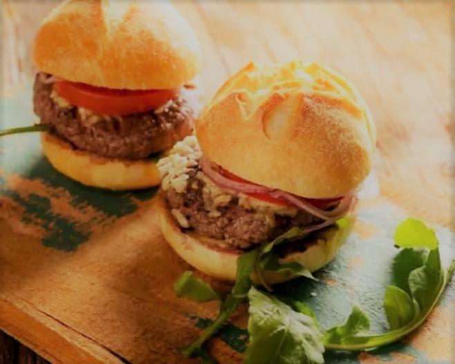 Hambúrguer de costela, purê de mandioca e queijo da Canastra