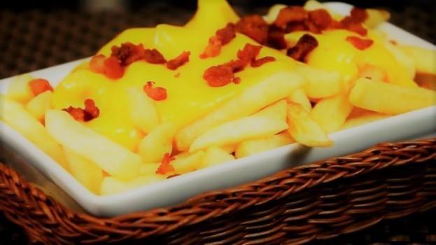 Batata Frita com Cheddar e Bacon