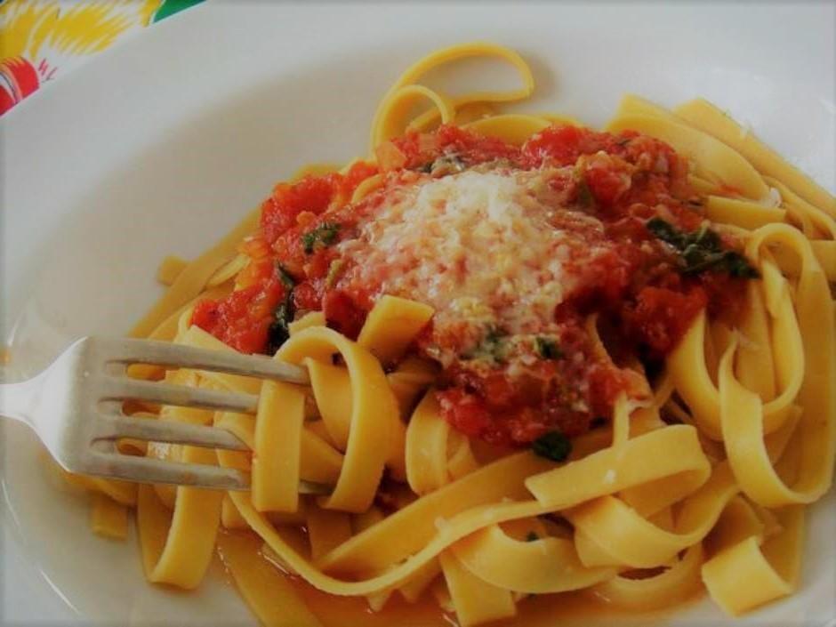 Macarrão com molho de tomate simples