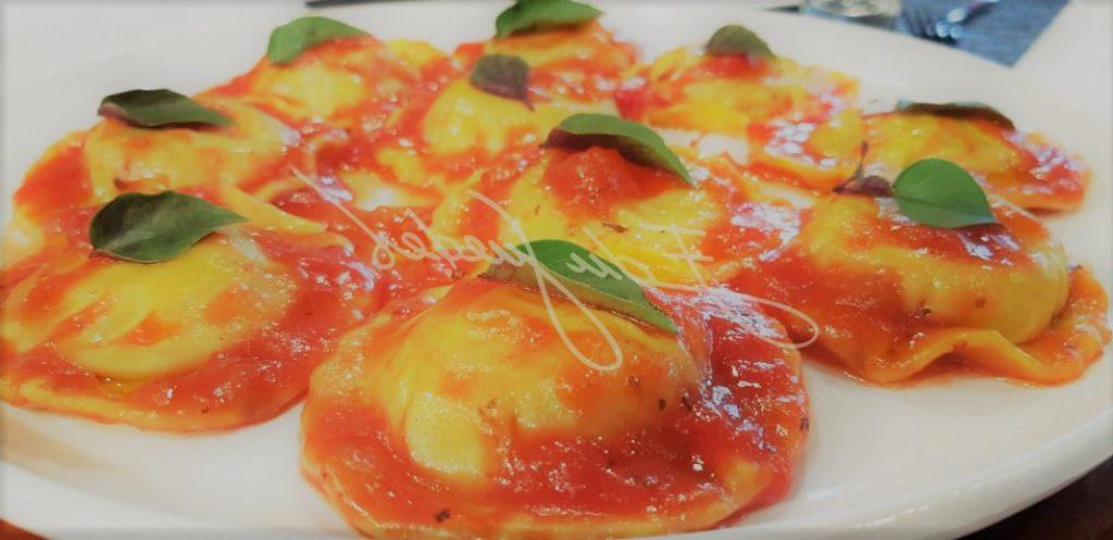 Ravióli de Ricota com Espinafre ao Pomodoro Basílico (Tomate e Manjericão)