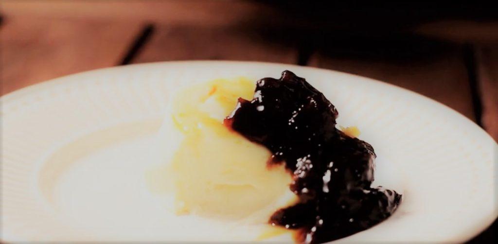 Manjar de Coco com Calda de Ameixas
