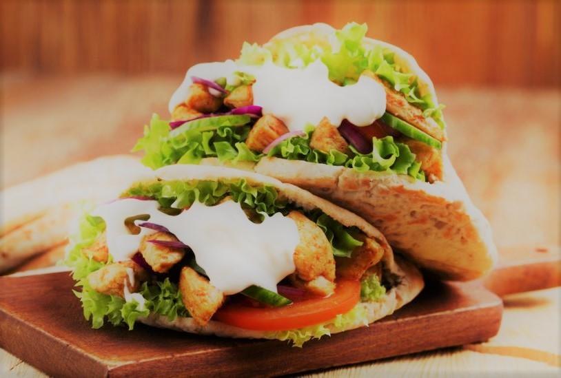 Kebab de frango com molho de iogurte no pão sírio